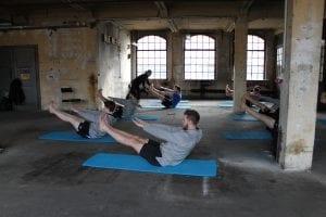 Gruppentraining mit Matten und klassischen Pilates Übungen mit Gina Mathis Pilates Studio München