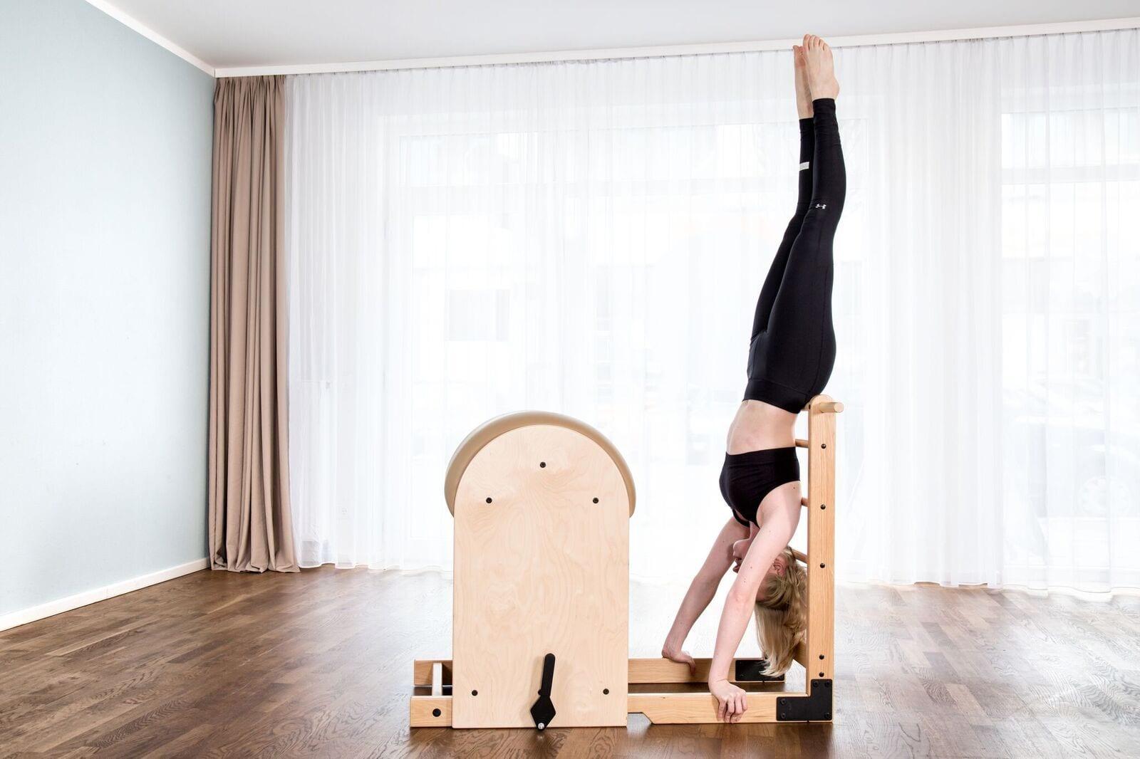 Handstand am High Barrel klassische Pilates Übung mit Gina Mathis Pilates Studio München
