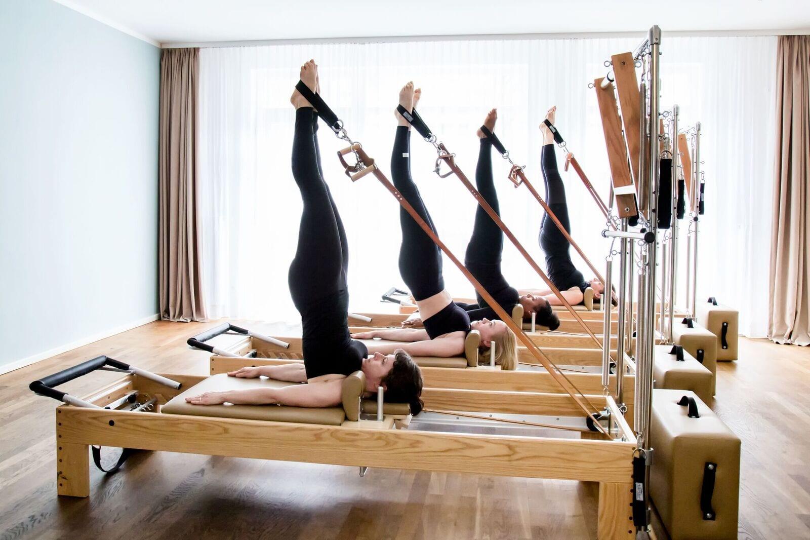 Long spine Massage am Reformer klassische Pilates Übung mit Gina Mathis Pilates Studio München